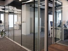 Our frameless glazing system allows creating interior glazing systems without visible vertical profiles separating the panes.