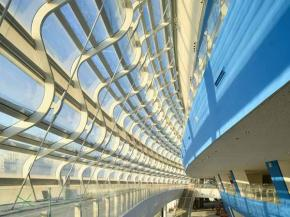 The façade totals some 30,000 m2 (322,917 ft2) and is formed of 3,484 different glass panels.  Image © Erqing Li