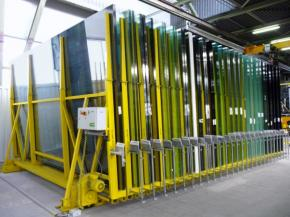 Wireless motorised compact storage system for glass. The handling opening is opened via motor. The storage rails can also be embedded in the floor, depending on customer requirements.