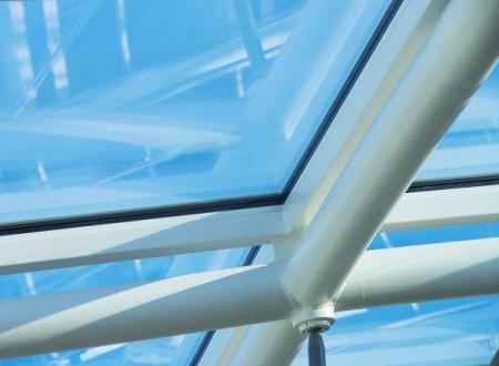 The warm edge with Ködispace 4SG compensates for any deformations of the cold-bent insulating glass in the roof dome much better than rigid spacer systems.