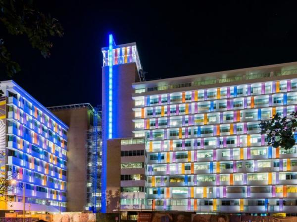 Bendheim Channel Glass Enlivens Children's Hospital Facade with Color & Light