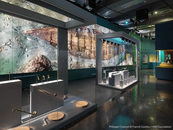 Guardian Clarity™ anti-reflective glass helps museum visitors focus on the exhibits