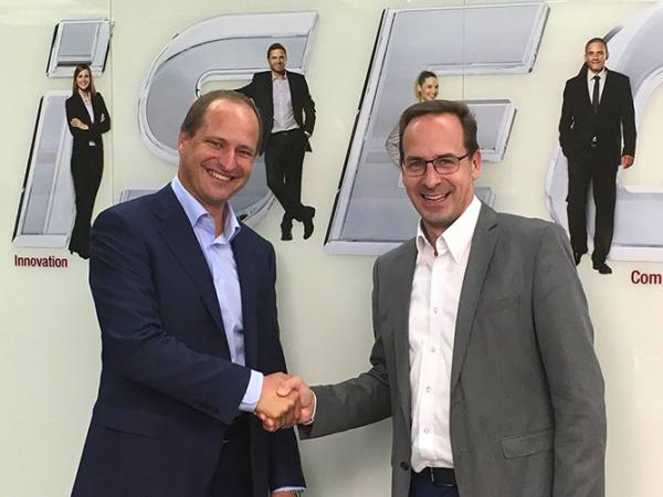 Othmar Sailer, CEO of the LiSEC group, and Horst Schraml General Manager of Schraml Glastechnik GmbH and Head of the business unit glass processing, after signing the contract.