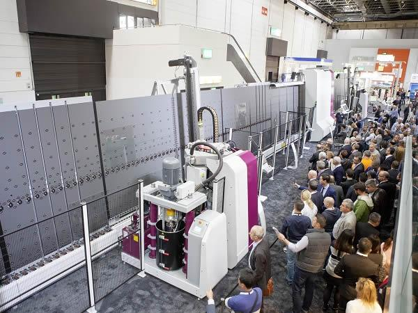 At the glasstec the crowd of people interested in the exhibited TPA line with Fast Lane concept (vertical Lift-over System) was enormous.