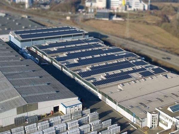 For the EEG-compliant photovoltaic system, a total of 4,583 modules were installed on five roofs at profine GmbH's Pirmasens site.