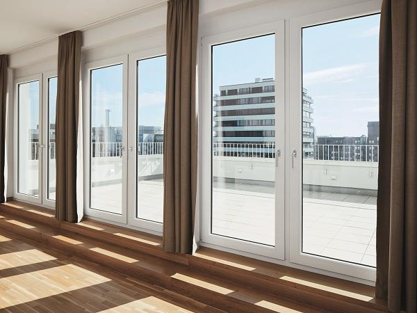 View from one of the five penthouse apartments with roof terrace. The profiles of the window doors have been kept neutral on the room side (Schüco Corona SI 82 system).