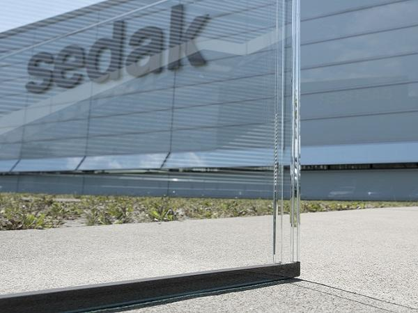 The harmony of the transparency of glass facades and roofs is often disturbed by clearly visible, opaque spacers. sedak's glass spacer allows for insulating glass units with minimal joints.  Photo: sedak GmbH & Co. KG