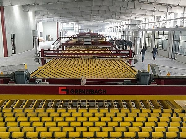 With a length of approx. 190 m, the Cold End equipment from Grenzebach is the end of the new float glass production line from Gold Glass. The picture shows the main line course towards the continuous ribbon area.