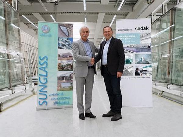 They want to develop the worldwide market for unusual glass architecture together: Giuseppe Bergamin, Managing Director of Sunglass Industry s.r.l. (Villafranca/Region Padua) and Bernhar Veh, Managing Director of sedak GmbH & Co. KG (Gersthofen/Bayern).