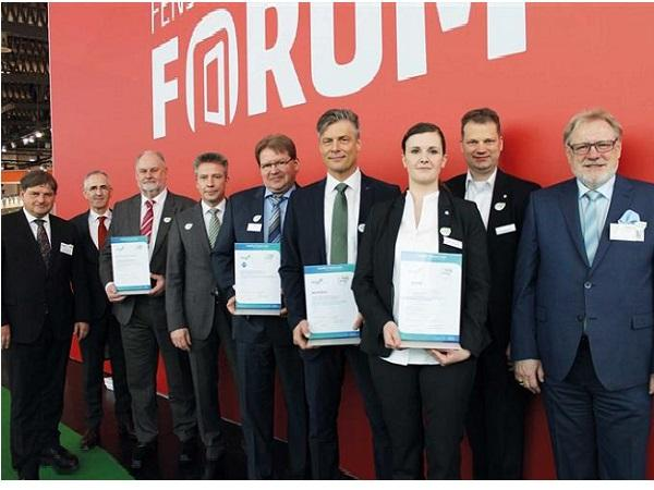 The system houses Epwin, Veka, Schüco and Rehau were the first to acquire the VinylPlus Product Label. For this they were awarded by Andreas Hartleif (EPPA) and Stefan Eingärtner (VinylPlus) at the Frontal Forum (4th and 1st f.l.). ©EPPA // © EPPA