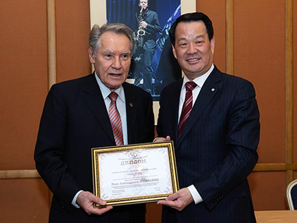 Peng Shou Receives Grishmanova AI Award from the Russian Academy of Engineering