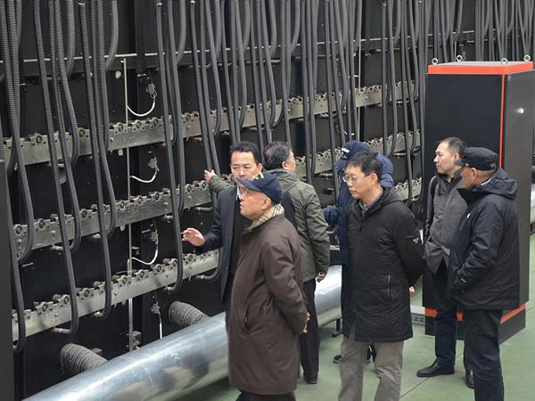 General manager Jiang Wei introduced the electric heating multi-layer roller type lightweight micro-crystal automatic production line for the chairman of Wang Yihui
